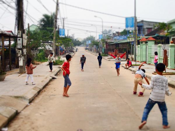 歩道で遊ぶ子供たち