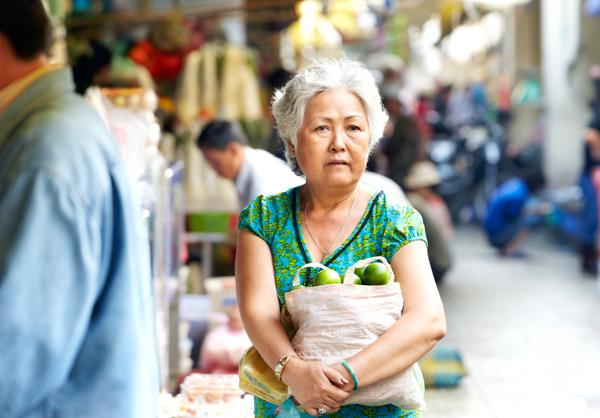 買い物をするおばあさん