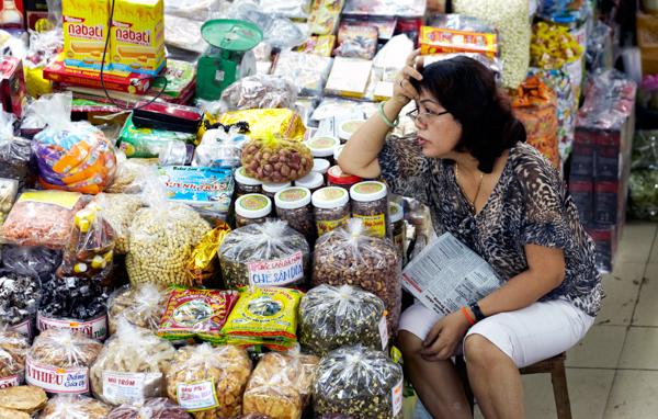ドライフルーツを売る女性