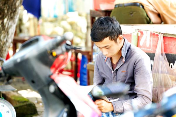 新聞を読む少年