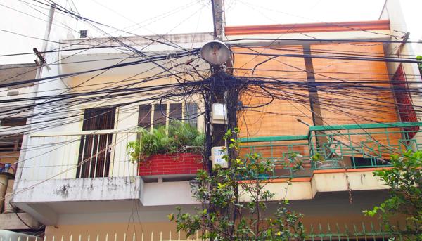 絡まる電線