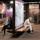 地下鉄で電車を待つ人