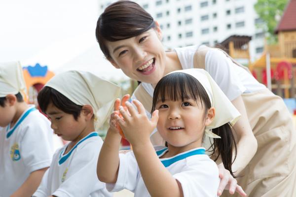 小学生が遊んでいる写真