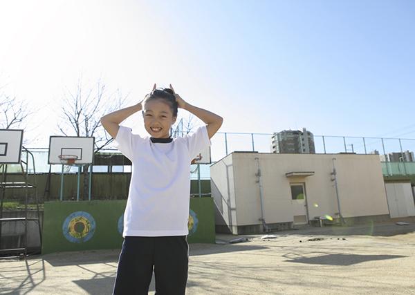 小学生の笑顔の写真