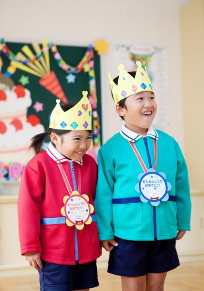 幼稚園で遊ぶ子供の写真
